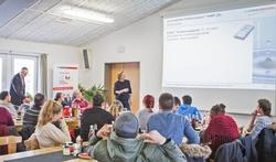 Experten im Dialog mit dem Nachwuchs: Bauberaterin Bettina Hahn (Mitte) und Verkaufsleiter Karl-Walter Schwenkel (links) bei der Schulung der Lehrlinge aus Spanien. Foto: Schwenk Putztechnik