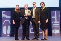 Freude bei der Günzburger Steigtechnik über den Eisen CSR Award 2016 bei der offiziellen Preisverleihung auf der Eisenwarenmesse. Foto: Kölnmesse (siehe vollständige Bildunterschrift im Fließtext)