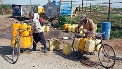 Zwei Männer holen Wasser an einer öffentlichen Wasserversorgungsstelle in Juba, SüdsudanBildinformationen Thomas Imo/Photothek.net