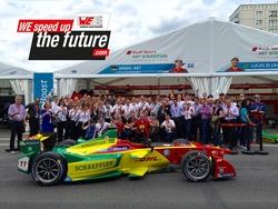 Gruppenbild, aufgenommen in der Boxengasse der Garage des Teams ABT Schaeffler Audi Sport (Bildquelle: Würth Elektronik eiSos)