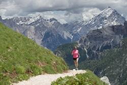 Berglaufen in den Dolomiten bei Cortina d'Ampezzo, hier bei den Cinque Torri. Foto: Marcos Ferro