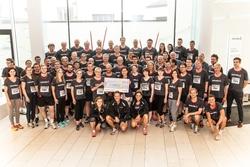 Gemeinsam gegen Leukämie: Die Helvetia unterstützt die DKMS mit 5.200 Euro und übergibt den Scheck an Petra Ennenbach von der DKMS (Foto: Helvetia Versicherungen Deutschland).