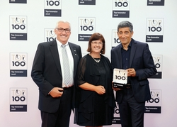 Freuen sich über die Auszeichnung als TOP-100-Innovator, von links: Ferdinand und Ruth Munk mit TOP-100-Mentor Ranga Yogeshwar. Foto: KD Busch/compamedia