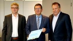 Bayerns Wirtschaftsstaatssekretär Franz Josef Pschierer (Mitte) zeichnete Sascha Fuchs (links) und Andreas Müller von der e-con AG als Gestalter der Energiewende aus. Foto: e-con/Alois Müller