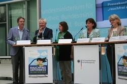 Foto  (v.l.n.r.): Dr. med. Matthias Brockstedt, Suchtbeauftragter des BVKJ; Prof. Dr. med. Manfred Gahr, DAKJ-Generalsekretär; Dr. Martina Pötschke-Langer, DKFZ; Marlene Mortler, Bundesdrogenbeauftrag