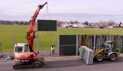 Sanierung in Rekordzeit: Sind die maroden Wände entfernt, werden anschließend die Lärmschutzwandelemente der Rau Rock Mobil in die bereits vorhandenen Träger eingesetzt. Foto: Rau Geosystem Süd GmbH