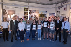 12 Auszubildende beginnen im August ihre Ausbildung bei ZEISS in Jena. Nadine Cunäus, Personalleiterin bei ZEISS in Jena (4.v.l.) und Hellmuth Aeugle, Geschäftsführer der Carl Zeiss Jena GmbH (2.v.l.)