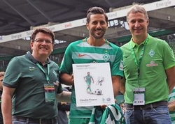 Claudio Pizarro zum Volkswagen Spieler der Saison 2015/16 ausgezeichnet. Dr. Hubertus Hess-Grunewald, Claudio Pizarro und Marco Bode (v.l.n.r.).