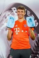Fußabdrücke für den DFB-Pokal Walk of Fame: Thomas Müller ist Pokalheld 2016.
