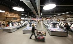 Die halbhohen Iconic-Tiefkühlschränke von Viessmann sorgen für viel Transparenz im neuen WEZ-Markt in Minden. Foto: Walter Schmidt