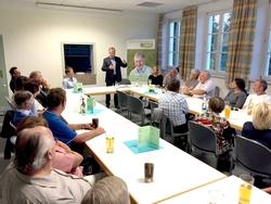 Angeregt diskutiert hat Gottfried Voigt mit den Bürgerinnen und Bürgern in den Memminger Ortsteilen, hier im Gespräch mit dem Bürgerausschuss in Buxach. Foto: Bernd Nägele