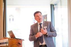 Oliver Konz, CEO der Würth Elektronik eiSos GmbH & Co. KG, faszinierte die Zuhörer mit der Erfolgsgeschichte des Hohenloher Unternehmens. (Bildquelle: Würth Elektronik eiSos)
