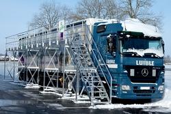 Sicherheit auf der Straße: LKW-Fahrer können ihre Fahrzeuge mit Hilfe von Enteisungsanlagen aus Günzburg von Schnee und Eis befreien. Foto: Günzburger Steigtechnik