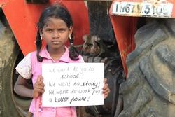 Indisches Mädchen fordert das Recht zur Schule zu gehen. Aktion gegen Kinderarbeit  von Don Bosco in Indien. Copyright Don Bosco Misison Bonn/Remil Thilak
