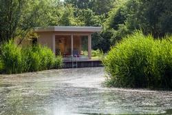 Echtes Natur Spa: Mit individuell geplanten Saunahäusern wird der Hotelgarten im Handumdrehen zur Relax-Oase. Foto: Blockhaus Hummel/Hotel Reichshof
