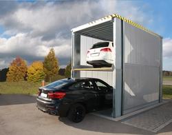 Der Parkvorgang läuft einfach, sicher und schnell ab: Über ein Bedienelement kann der Benutzer die MultiBase-Unterflurbühnen von KLAUS Multiparking anheben und absenken. Foto: KLAUS Multiparking