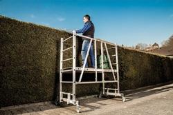 Sicherheit bei Arbeiten rund um Haus und Garten bietet das kompakte ML Gerüst der Günzburger Steigtechnik. Foto: Günzburger Steigtechnik