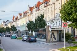 Die Donnersbergerstraße. 4 Übergabekabinen A, B, C, D. 284 Stellplätze sind unter der Straße versteckt.