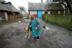 Heute lebt Holocaust-Überlebende Sofia K. als einzige Jüdin ihres Dorfes in einem kleinen Holzhaus ohne Wasseranschluss in der Nähe von Zhitomir. Foto: Marco Limberg