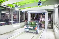 In der Übergabekabine wird das Fahrzeug auf Höhe-, Breite- und Länge geprüft.
