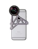 Die Vorsatzobjektive von ExoLens mit ZEISS Optik werden mit einer Aluminium-Halterung am iPhone befestigt – hier das  Weitwinkelobjektiv ZEISS Mutar 0.6x Asph T*.