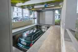 Erst wenn das System den Einparkvorgang frei gibt, wird das Fahrzeug in das Regalsystem abgesenkt und eingelagert.
